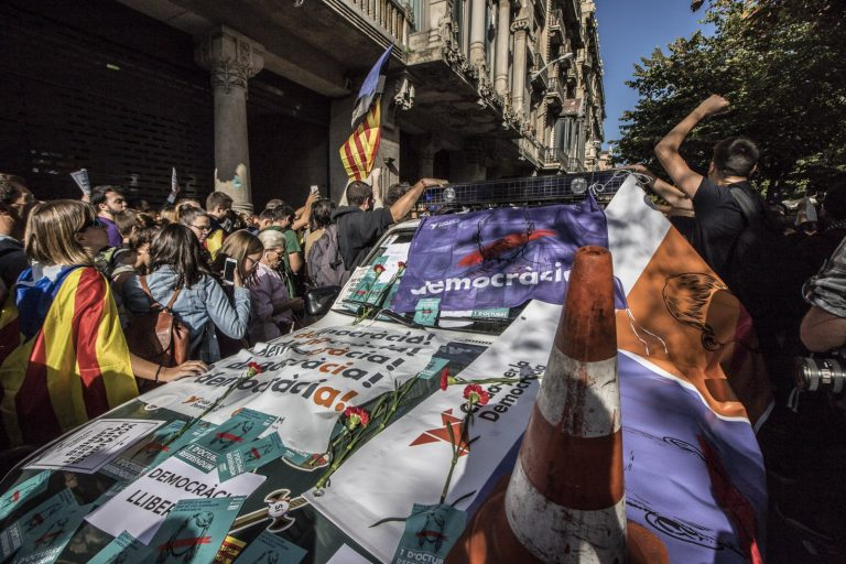 The strange rebellion of the rebels who protected the Guardia Civil's weapons. El Món